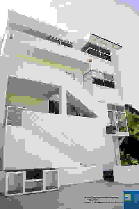 FACHADA TRASERA Balcones y terrazas modernos de Excelencia en Diseño Moderno Ladrillos