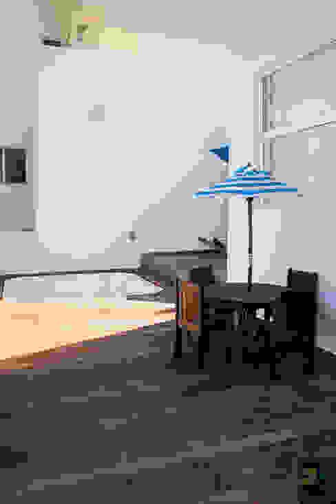 TERRAZA CON JAZCUZZI Albercas modernas de Excelencia en Diseño Moderno Derivados de madera Transparente