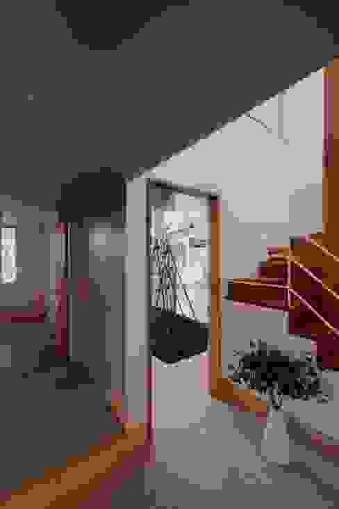Pasillos, vestíbulos y escaleras escandinavos de アトリエ スピノザ Escandinavo