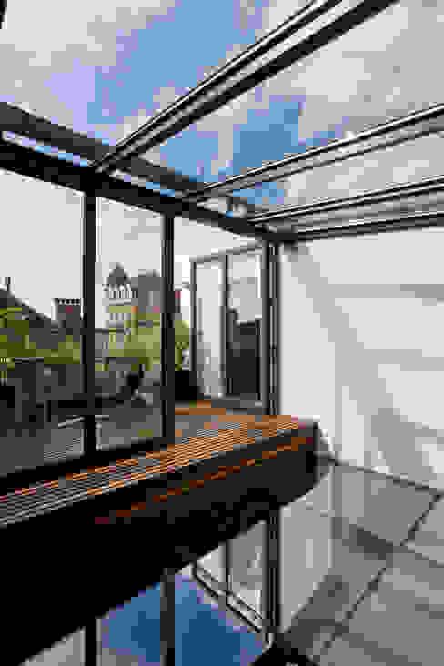 Balcones y terrazas de estilo moderno de VORTEX atelier d'architecture Moderno