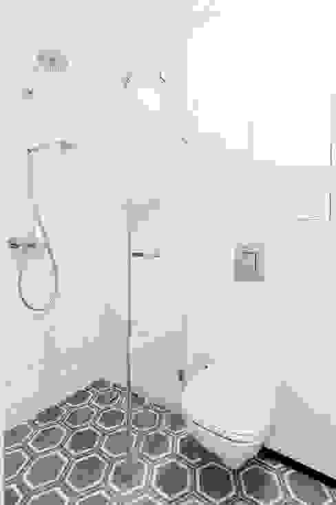 Sentymentalne mieszkanie na Muranowie: styl , w kategorii Łazienka zaprojektowany przez Dagmara Zawadzka Architektura Wnętrz,Eklektyczny