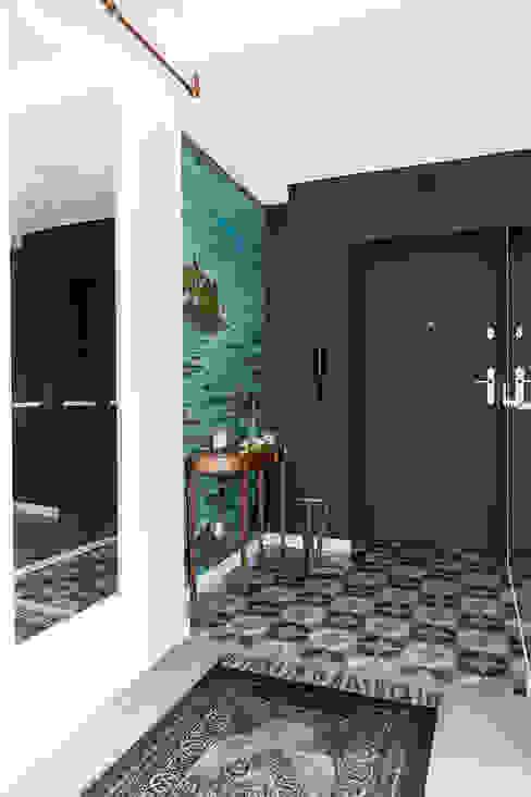 Sentymentalne mieszkanie na Muranowie Eklektyczny korytarz, przedpokój i schody od Dagmara Zawadzka Architektura Wnętrz Eklektyczny