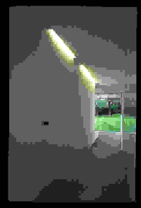 Essential house Couloir, entrée, escaliers modernes par Jacques Vanharen Moderne