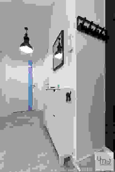 Projekt mieszkania o pow. 66 m2. Nowoczesny korytarz, przedpokój i schody od 4ma projekt Nowoczesny