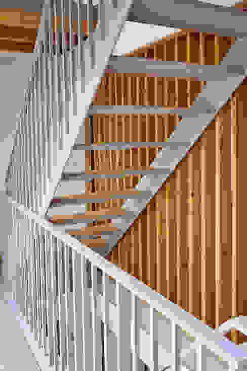 La casa de Sara y Fran Pasillos, vestíbulos y escaleras de estilo escandinavo de Estudio de Arquitectura Sra.Farnsworth Escandinavo Madera Acabado en madera