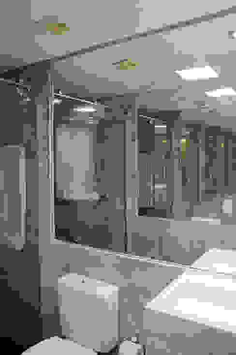 Banheiro Masculino arquiteta aclaene de mello Casas de banho minimalistas Cinzento