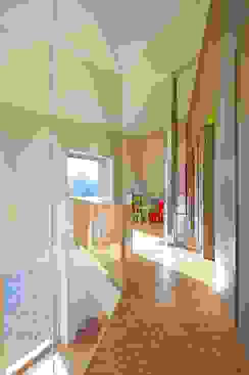 Maison passive Servais - Van de Veken Couloir, entrée, escaliers minimalistes par artau architectures Minimaliste