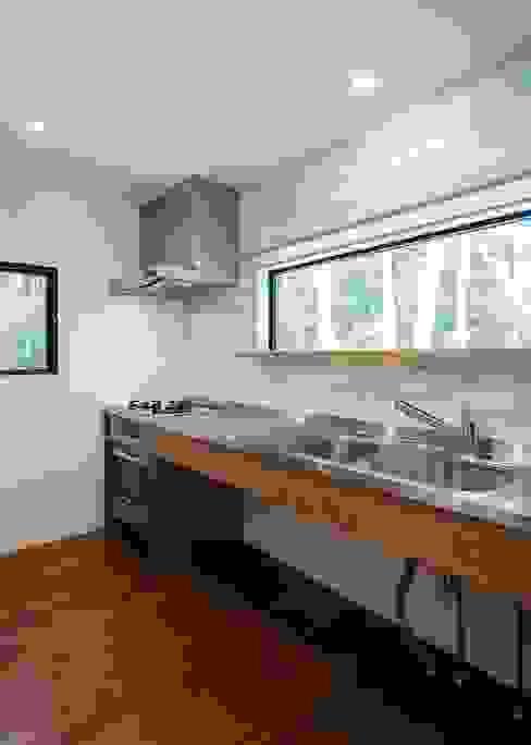 Cucina moderna di Unico design一級建築士事務所 Moderno Legno Effetto legno