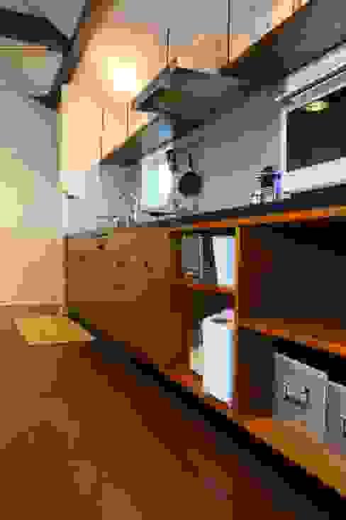 玄関土間の薪ストーブが家全体を暖める: HOUSETRAD CO.,LTDが手掛けたキッチンです。,オリジナル