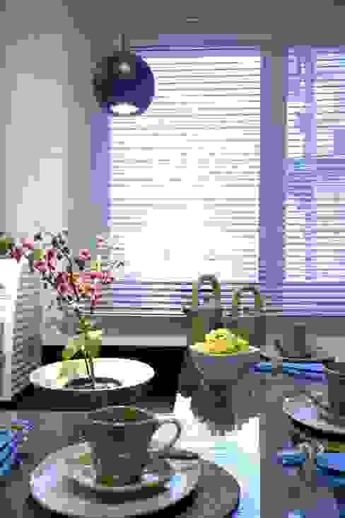 Modern kitchen by Adriana Scartaris: Design e Interiores em São Paulo Modern