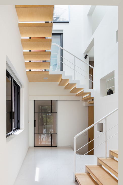 Modern Corridor, Hallway and Staircase by aandd architecture and design lab. Modern