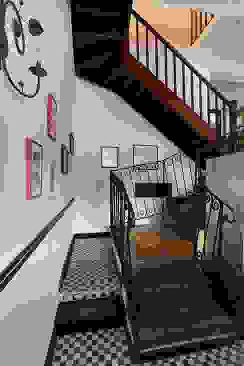 Pasillos, vestíbulos y escaleras de estilo clásico de homify Clásico