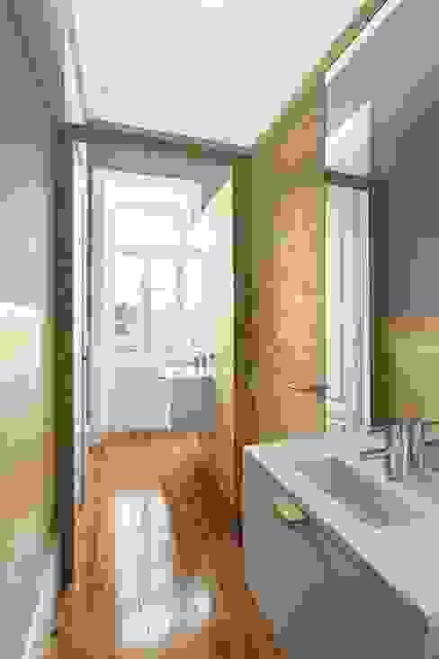 Recuperação de casa em Ovar Casas de banho modernas por Nelson Resende, Arquitecto Moderno