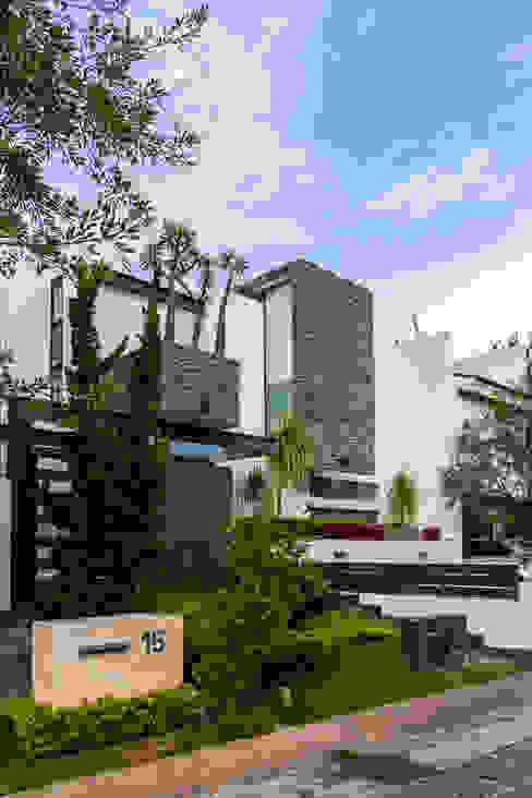 fachada Casas modernas de aaestudio Moderno
