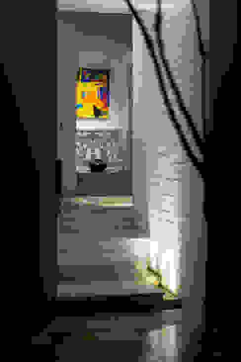 Detalle Escalera: Paredes de estilo  por SDHR Arquitectura, Moderno Caliza