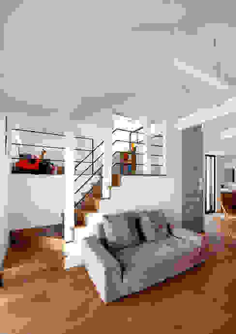 阿倍野の長屋〈renovation〉-5段の距離がいい- 和風デザインの リビング の atelier m 和風 木 木目調