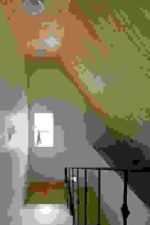 ห้องโถงทางเดินและบันไดสมัยใหม่ โดย 리슈건축 โมเดิร์น