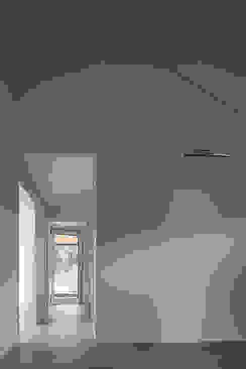 용인 보정동 사랑방을 둔 ㄱ자집: 리슈건축 의  창문,모던