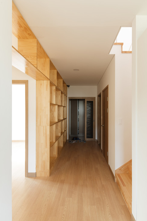 Projekty,  Korytarz, przedpokój zaprojektowane przez 리슈건축