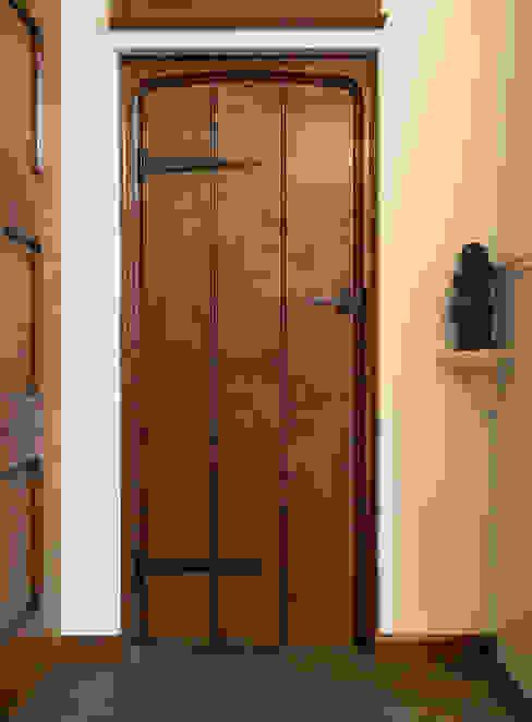 Planked internal oak door クラシカルな 窓&ドア の Stuart Interiors クラシック 木 木目調