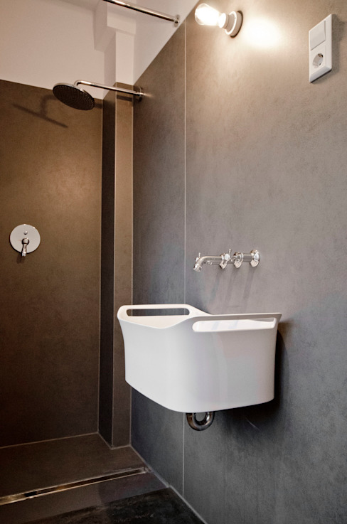 Bagno moderno di Studio DLF Moderno