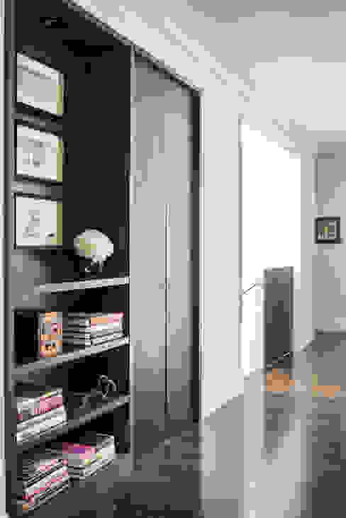 Pasillos, vestíbulos y escaleras modernos de Antonio Martins Interior Design Inc Moderno