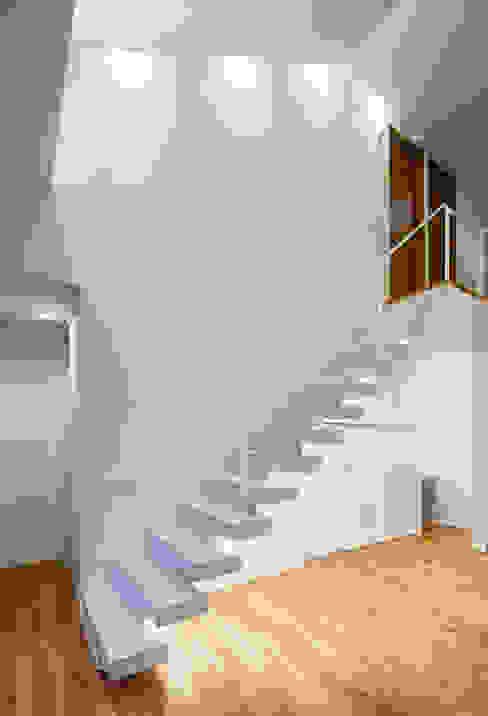 Nowoczesny korytarz, przedpokój i schody od Architect Show Co.,Ltd Nowoczesny