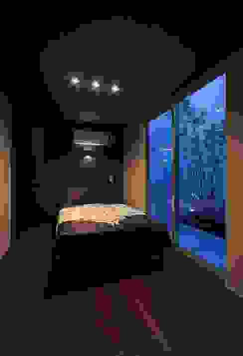 Y8-house「木と石の家」 モダンスタイルの寝室 の Architect Show Co.,Ltd モダン