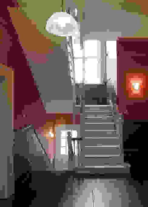 Shepherds Hill Nowoczesny korytarz, przedpokój i schody od Inglis Badrashi Loddo Nowoczesny