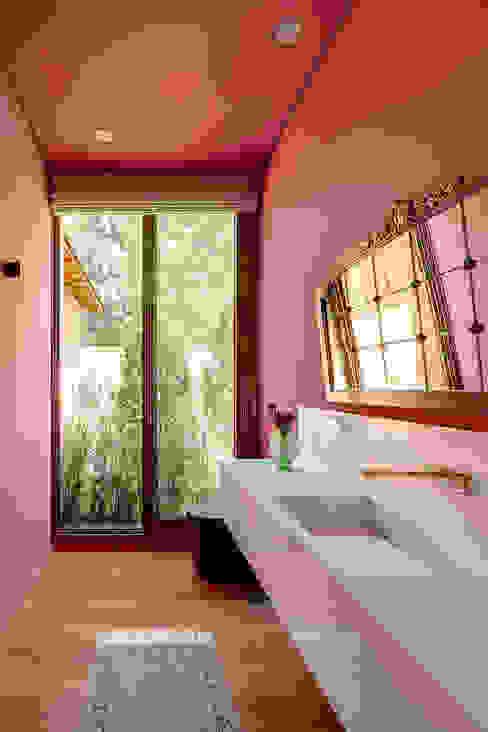Residência Londrina 3 Banheiros modernos por Antônio Ferreira Junior e Mário Celso Bernardes Moderno