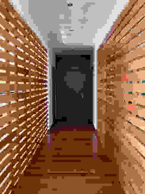 Casa do Zambujal: Corredores e halls de entrada  por André Pintão,Moderno Madeira Acabamento em madeira