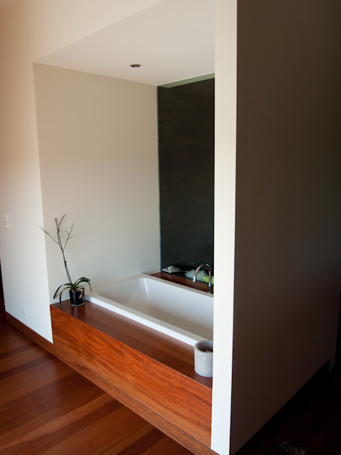 Casa do Zambujal Casas de banho modernas por André Pintão Moderno Madeira Acabamento em madeira