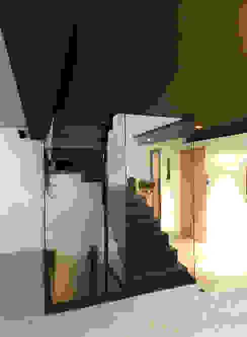 ห้องโถงทางเดินและบันไดสมัยใหม่ โดย FAVRE LIBES Architectes โมเดิร์น กระจกและแก้ว