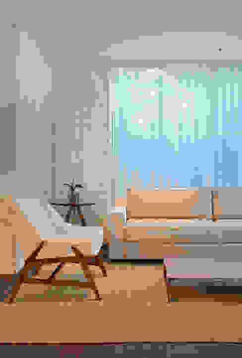 Living room by Carolina Mendonça Projetos de Arquitetura e Interiores LTDA, Modern