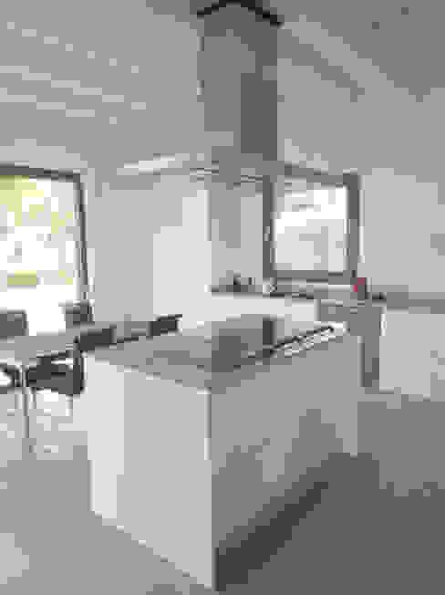 Casa Paddenberg Cocinas de estilo moderno de miguelfloritarquitectura sl Moderno
