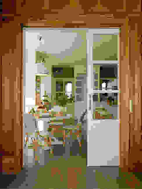 Vista desde el comedor Cocinas de estilo clásico de DEULONDER arquitectura domestica Clásico Madera Acabado en madera