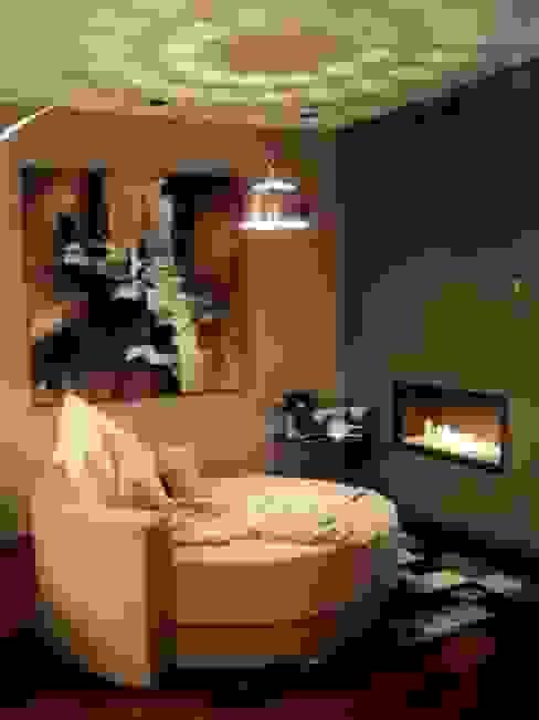 chimenea con cristal Salas modernas de Chimeneas Picos de Europa Moderno
