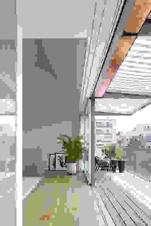 Балкон и терраса в стиле модерн от Forsberg Architekten AG Модерн