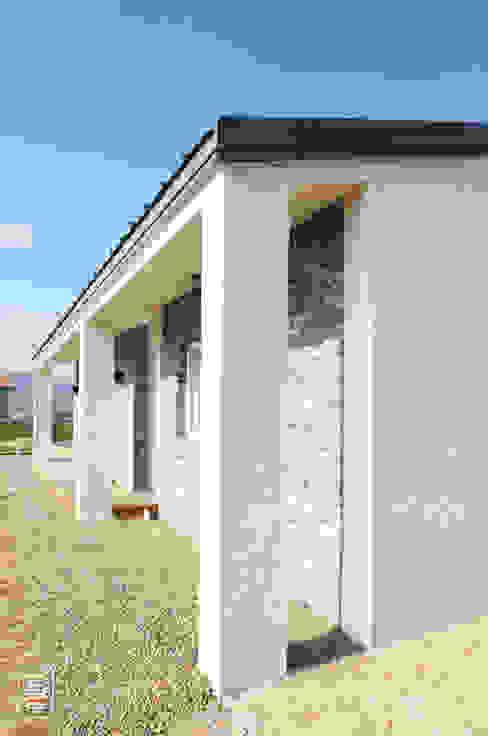 Case moderne di 로움 건축과 디자인 Moderno