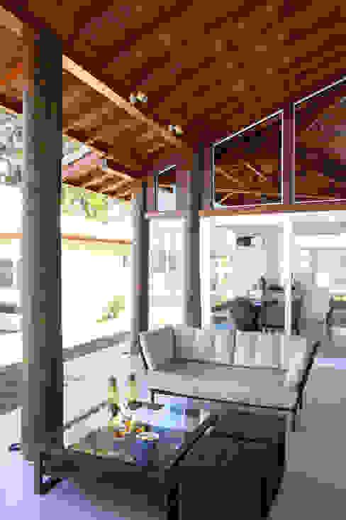 Modern balcony, veranda & terrace by Samy & Ricky Arquitetura Modern
