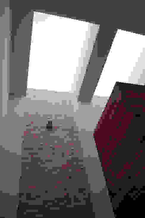 Pasillos, vestíbulos y escaleras de estilo moderno de GRUPO VOLTA Moderno