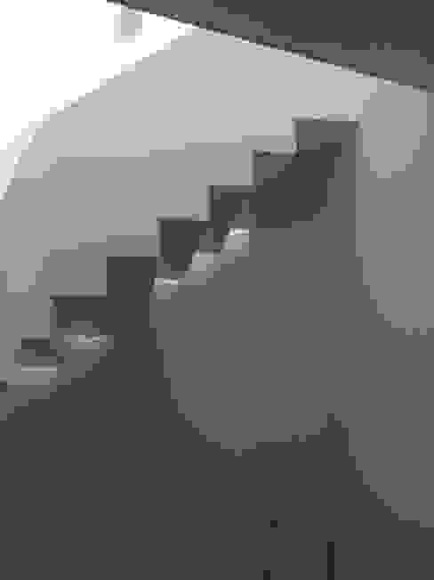 Escada - Piso Superior Corredores, halls e escadas clássicos por Belgas Constrói Lda Clássico