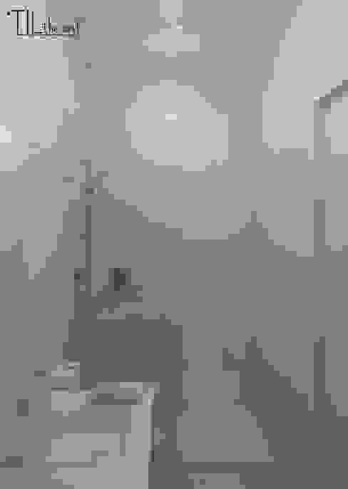 Apartment in Belém, Lisbon: Casas de banho  por Lagom studio,Minimalista