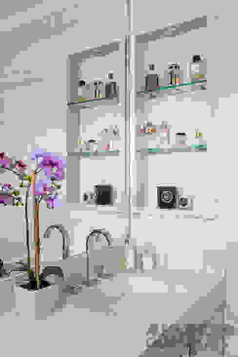 Ванная комната в . Автор – Martins Valente Arquitetura e Interiores,