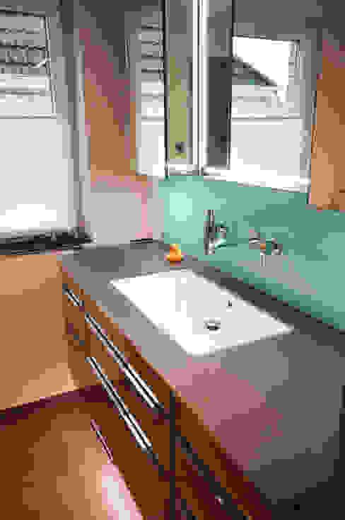 Unterbauwaschbecken und Wandarmatur: modern  von homify,Modern Glas