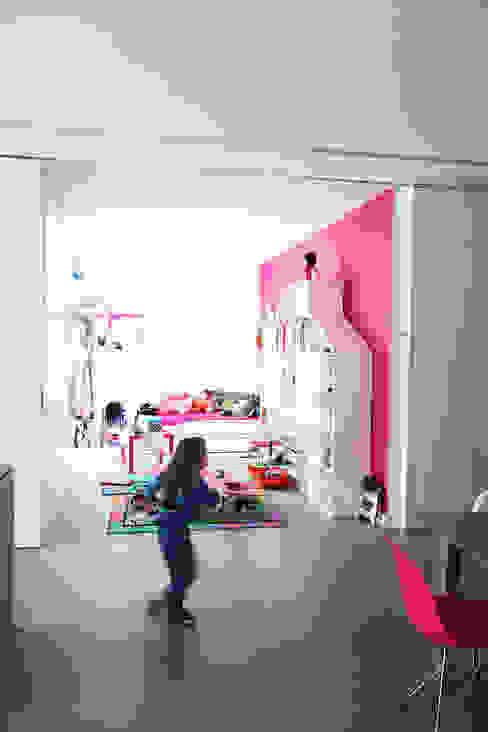 GLOSSY - mobilna ściana Minimalistyczny pokój dziecięcy od PROSTO architekci Minimalistyczny