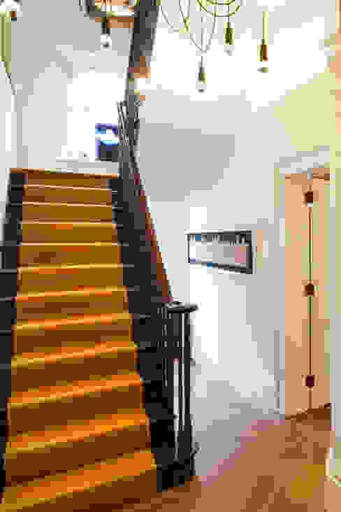 Hallway stairs Pasillos, vestíbulos y escaleras modernos de Studio 29 Architects ltd Moderno