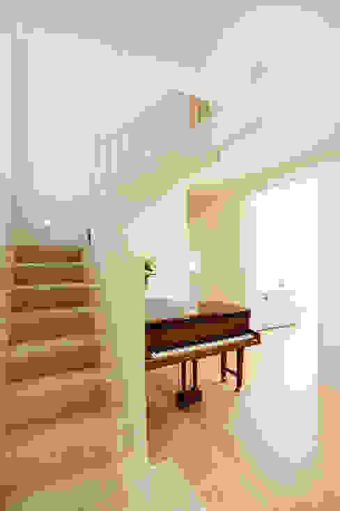 Stairs Corredores, halls e escadas modernos por Perfect Stays Moderno