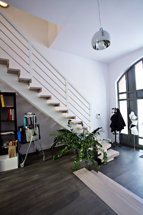 Pasillos, vestíbulos y escaleras de estilo moderno de lifestyle-treppen.de Moderno Madera Acabado en madera