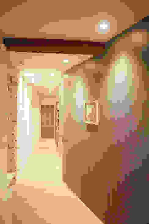 Jardines 8 Pasillos, vestíbulos y escaleras de estilo moderno de Aiala·Idirin ARKITEKTURA Moderno